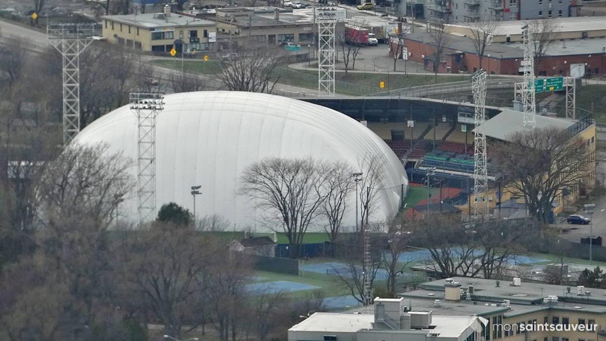 Une vue rapprochée du Stade Canac, la veille, à partir de l'Observatoire de la Capitale.