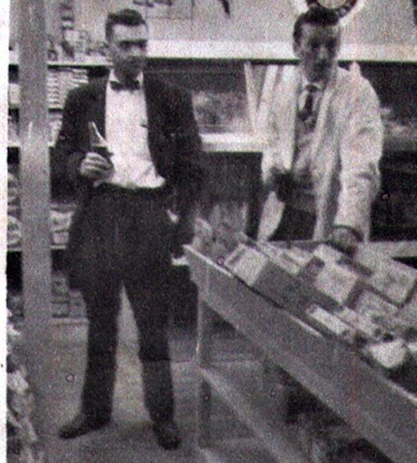 Épicerie de la rue Saint-Vallier. Avec M. Henri Ouellet, propriétaire du restaurant le Parisien, angle Saint-Vallier et Bayard.