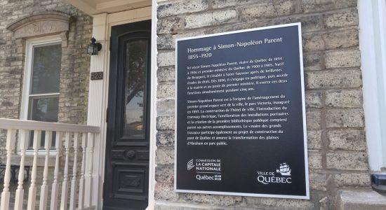 Une plaque commémorative pour Simon-Napoléon Parent - Suzie Genest