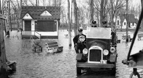 Inondations au Parc Victoria. Georges Plamondon, à gauche. La plaque indique 1940.