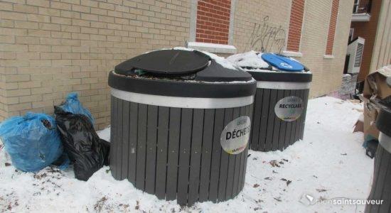 Deux des quatre conteneurs à déchets et à recyclage des Appartements Saint-Joseph, le 4 janvier.