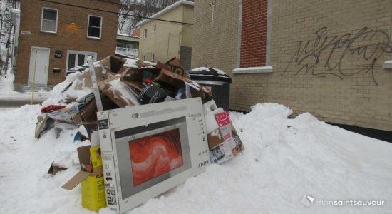 On retrouvait une importante  accumulation de rebuts près des conteneurs des Appartements Saint-Joseph, le 4 janvier.
