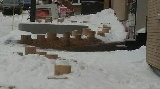 La placette publique est située près des conteneurs à déchets et recyclage, comme on le voit sur cette photo du 4 janvier.