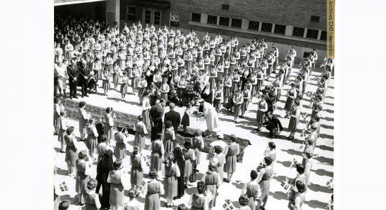 La visite de la reine Elizabeth II à l'école secondaire Marguerite-Bourgeoys en juin 1959 - Carole Beausoleil