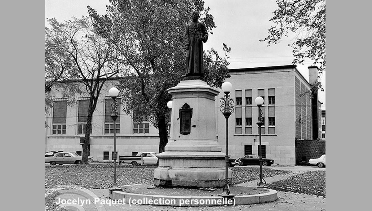 Saint-Sauveur dans les années 1960 (32) : monument du père Flavien Durocher - Jean Cazes