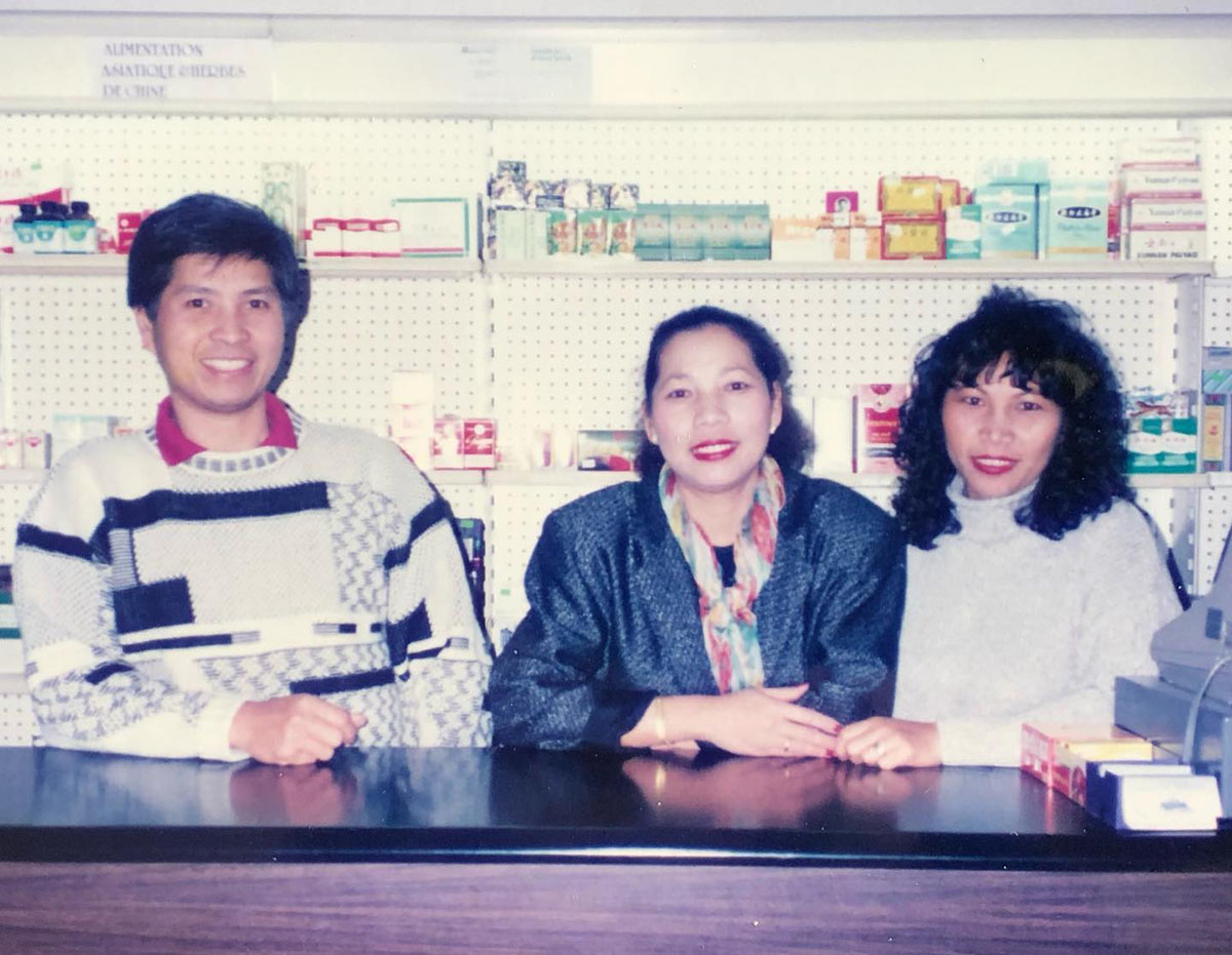 L'oncle, la tante et la mère de Maxime Chanhda, à l'épicerie Lao-Indochine